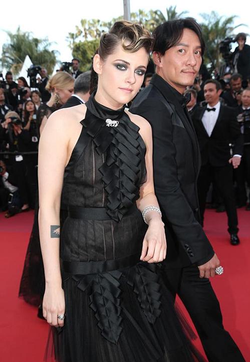 Kristen Stewart vẫn giữ phong cách cá tính thường lệ lên thảm đỏ. Nữ diễn viên mặc cả cây đen từ đầu đến chân.