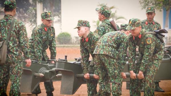 Với tên gọi Không ngục ngã sẽ là thử thách cho các nhân vật trải nghiệm. 3 hot boy sẽ cùng đồng đội kiểm soát và làm chủ những khẩu trọng pháo 130mm nặng đến gần 10 tấn. Mỗi người tham gia đòi hỏi phải có sức mạnh của bản lĩnh, ý chí và sư đoàn kết mới giúp họ vượt qua.