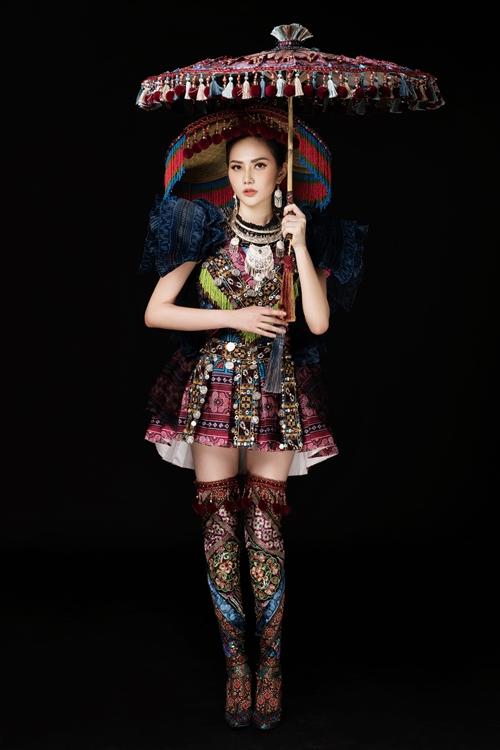 Đi kèm với bộ áo váy còn có chiếc nón làm bằng tay, sỏ hạt theo họa tiết. Đôi boot riêng cũng sử dụng phần vải thêu được thực hiện chỉn chu, điểm xuyến phần tua rua thêm phần duyên dáng.