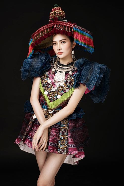 Bộ trang phục mang tên Sơn nữ HMông do NTK Ngô Mạnh Đông Đông thực hiện. Nó gồm nhiều chi tiết đan xen thổ cẩm gốc - loại vải có sử dụng họa tiết thêu tay của người HMông, đặt từ Hà Giang mang về.