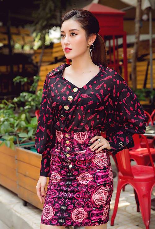 Á hậu Việt Nam 2014 nhiều lầnmắc lỗi khi kết hợp cácloại họa tiết trên cùng một bộ trang phục. Kiểu mix đồ này vốn rất kén, dễ khiến người mặc trông rườm rà, thiếu tinh tế.