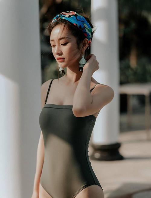 Bộ sưu tập đồ tắm của Jun Vũ rất đa dạng kiểu dáng. Có thân hình đẹp nên cô nàng cũng rất chăm chỉ thực hiện những bộ ảnh gợi cảm với bikini.