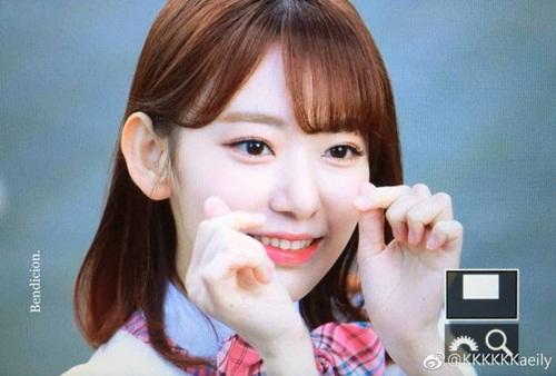Center được khen ngợi vì quá xinh, dù là gái Nhật nhưng đã sớm sở hữu lượng fan đông đảo. Sakura cũng là người được quay nhiều nhất trong phần biểu diễn đầu tiên.