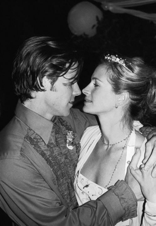 Julia Roberts và nhà quay phim Daniel Moder đã sắp xếp một đám cưới bất ngờ vào năm 2002. Họ mời khách đến trang trại của cô và yêu cầu mọi người mặc trang phục bằng vải lanh trắng mà không có lời giải thích nào. Roberts nói rằng: Cô được sinh ra để yêu người đàn ông này.