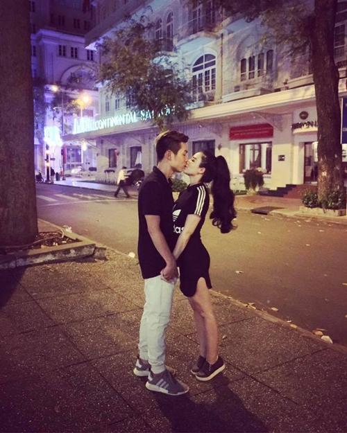Cả hai không ngại chia sẻ những khoảnh khắc lãng mạn.