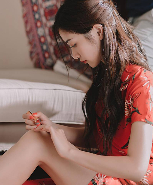 Jun Vũ ngay cả lúc ngồi sơn móng tay cũng đẹp không tì vết.