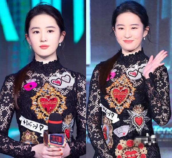 Cũng như nhiều ngôi sao khác, Lưu Diệc Phi có đội ngũ chỉnh ảnh riêng giúp cô luôn có hình ảnh xinh đẹp trong mắt công chúng. Nhưng cũng chính là quá ham photoshop mà nữ diễn viên không ít lần gây thất vọng khi lộ nhan sắc thật.
