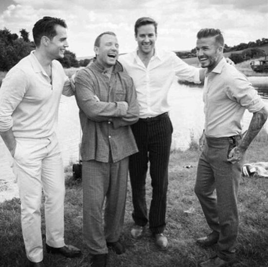 Guy Ritchie (trong bộ đồ ngủ) với David Beckham (bên phải) và những người bạn khác vui vẻ tại bữa tiệc độc thân trước đám cưới của anh. Anh kết hôn với người mẫu xinh đẹp Jacqui Ainsley vào năm 2015.