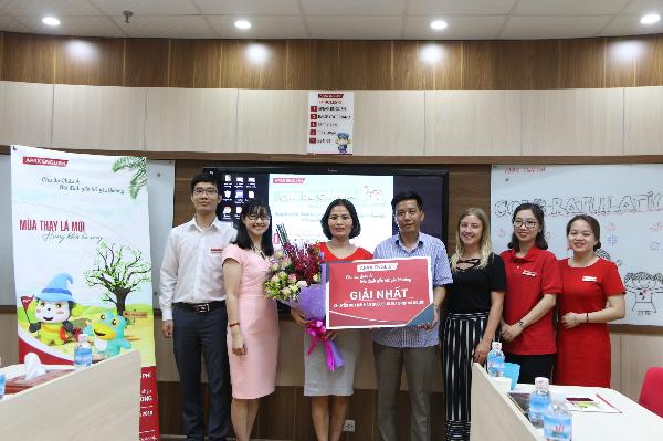 Đại diện Apax English trao Giải Nhất của chương trình tới gia đình chị Hải Yến với chuyến du lịch Hàn Quốc trị giá 90 triệu đồng