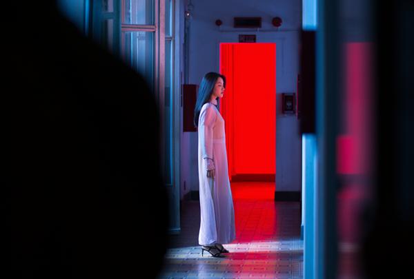 Với hai tông màu đỏ - đen với hình ảnh một chàng trai giấu mặt mở cánh cửa căn phòng hay đôi chân của các cô gái đang đung đưa theo nhịp tạo cảm giác sởn da gà.