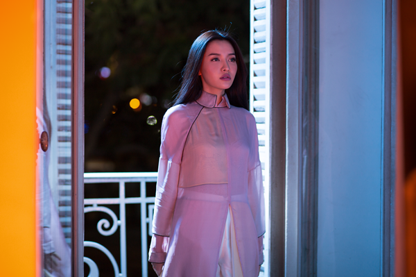 Bích Phương vừa giới thiệu dự án âm nhạc mới mang tên Bùa yêu sau một thời gian im ắng. Trong teaser hé lộ, cô gây ngạc nhiên với vẻ ngoài đầy ma mị, khác hẳn hình ảnh nữ tính, nhắng nhít tạo thương hiệu lâu nay.
