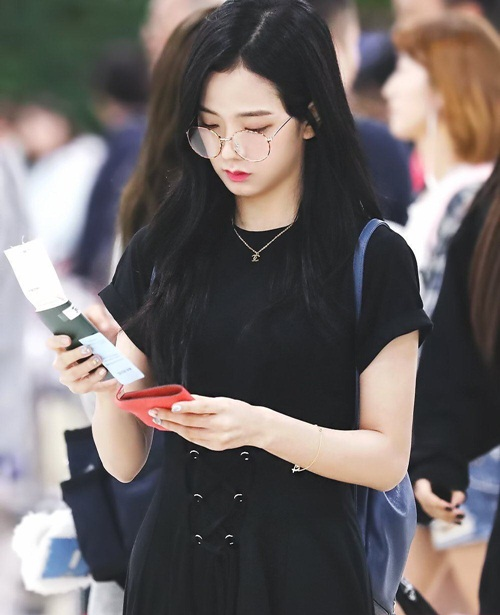 Neitzen khẳng định nếu vào SM, Ji Soo chắn chắn vẫn sẽ là visual của nhóm nhạc nữ. Ở một vài góc ảnh, nữ ca sĩ giống Irene đến lạ lùng.