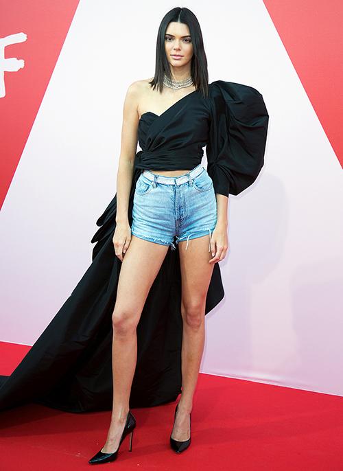 Kendall Jenner là sao nữ duy nhất dám mặc... quần shorts jeans lên thảm đỏ danh giá này. Cô kết hợp cùng một chiếc áo lệch vai với phần tà dài để tăng độ lịch sự.