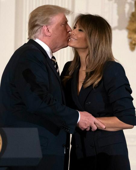 Nụ hôn gây bàn tán của vợ chồng Tổng thống Mỹ.