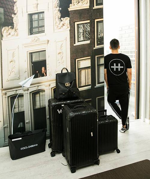 Vũ Khắc Tiệp chuẩn bị ra sân bay với hàng loạt hành lý to nhỏ toàn là hàng hiệu.