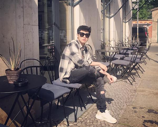 Noo Phước Thịnh điển trai chuẩn soái ca trên đường phố Berlin.
