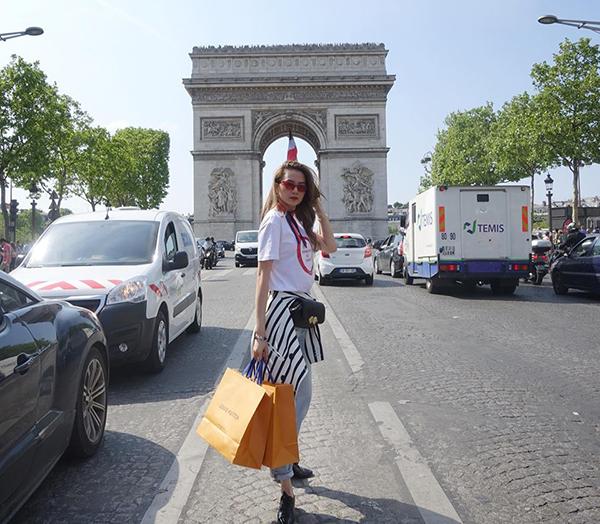 Thiều Bảo Trang đến Paris là không quên mua sắm hàng hiệu và check-in với Khải Hoàn Môn.