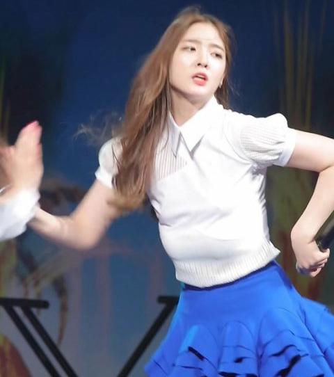 Những idol Hàn mất mặt vì sự cố tuột nội y trên sân khấu - 2