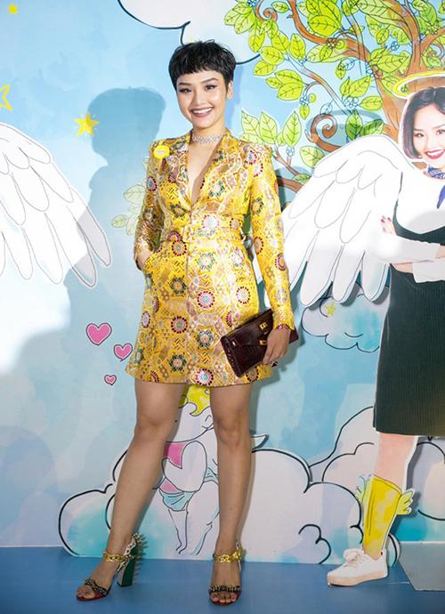 Đôi chân đầy đặn trông thấy của Miu Lê bị lộ khi cô nàng diện váy ngắn.