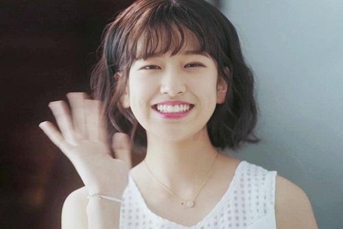 Ahn Yu Jin từng nổi tiếng vì có ngoại hình giống đàn chị Kim Ji Won trong một quảng cáo.
