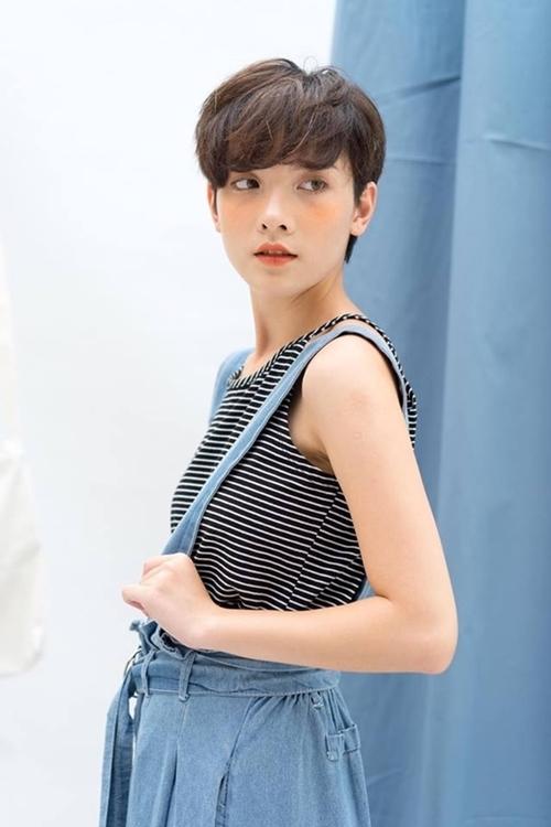 Hồng Xuân được nhận xét có vẻ đẹp lạ, dễ gây ấn tượng. Mái tóc ngắn táo báo kết hợp với gu thời trang cá tính là những điểm cộng ở cô gái 9x.
