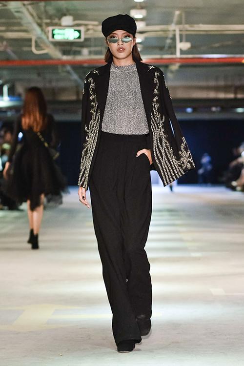 Xu hướng nổi bật nhất của thời trang thập niên 60s tay phồng, quần ống loe, blazer kẻ, đầm midi làm mưa gió trên các sàn diễn thời trang quốc tế liên tục được cập nhật.