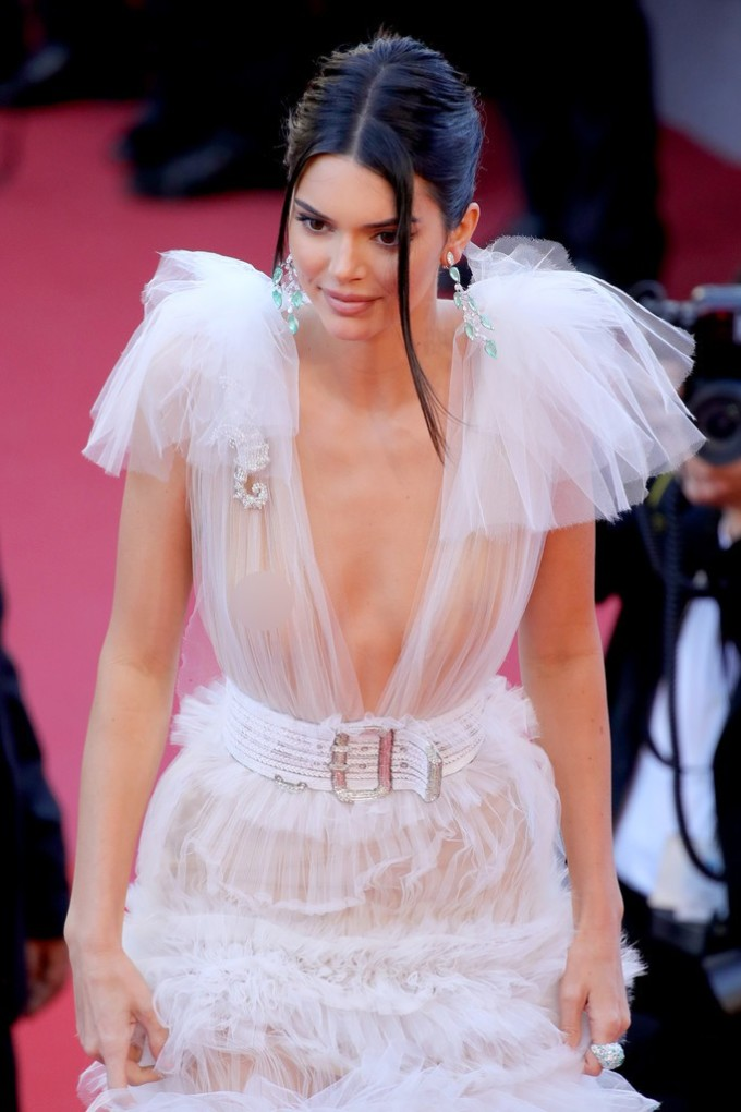 <p> Người đẹp diện một chiếc váy xẻ cổ sâu, chất liệu voan trắng. Dưới lớp áo mỏng, Kendall không diện nội y, cũng không cần đến bất cứ món phụ kiện nào che chắn.</p>