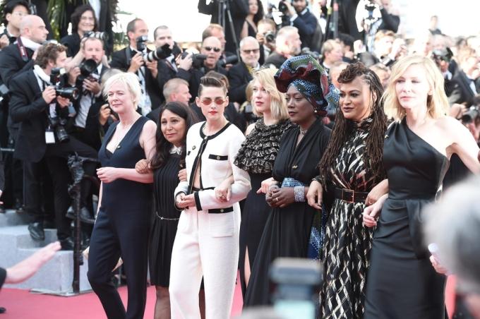 <p> Kristen Stewart nổi bật giữa đám đông với phong cách cá tính riêng biệt khó nhầm lẫn.</p>