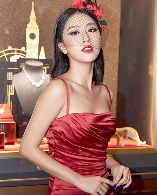 Khi đánh son đỏ, Quỳnh Anh Shyn vẫn áp dụng chung lối makeup là kết hợp cùng đường kẻ mắt cat-eye sắc sảo và quyến rũ.