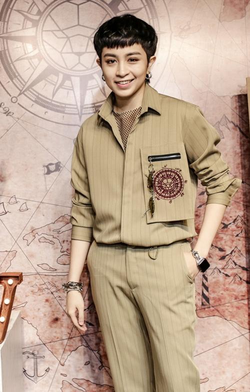 Ngày 14/5, NTK Chung Thanh Phong ra mắt BST mới lấy cảm hứng từ những chàng trai thích phiêu lưu mạo hiểm. Sự kiện quy tụ dàn sao là những bạn bè, đồng nghiệp thân thiết của anh. Gil Lê gây chú ý với độ cool ngầu chuẩn không cần chỉnh với áo quần đồng bộ mix cùng phụ kiện cá tính.