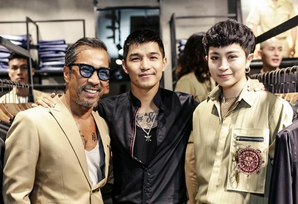 Cùng theo đuổi phong cách menswear cá tính, Gil Lê và Cường Seven đều hào hứng lựa chọn những item của BST mới. Cả hai còn bất ngờ vui vẻ khoác vai thân thiết.