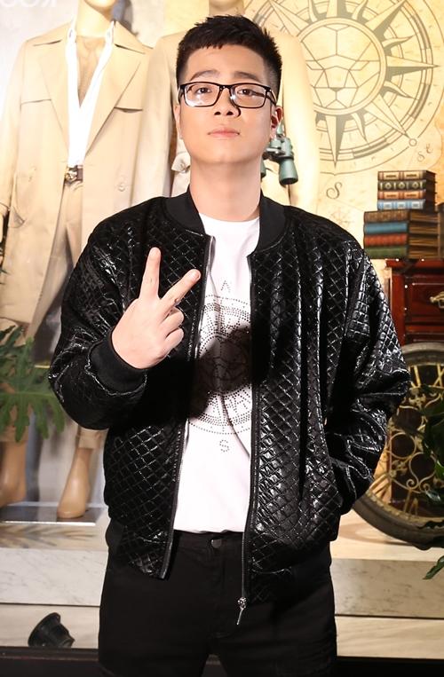 Bùi Anh Tuấn trở nên trẻ trung hơn sau khi đổi kiểu tóc mới.