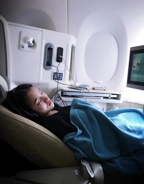 Thủy Top tranh thủ ngủ ngay trên máy bay để chuẩn bị chạy show công việc.