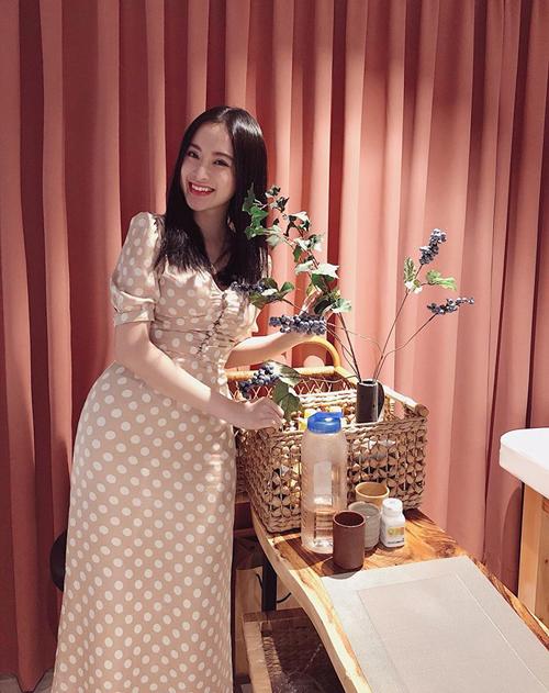 Không cần mặc đồ hở hang, Angela Phương Trinh vẫn toát lên vẻ quyến rũ.
