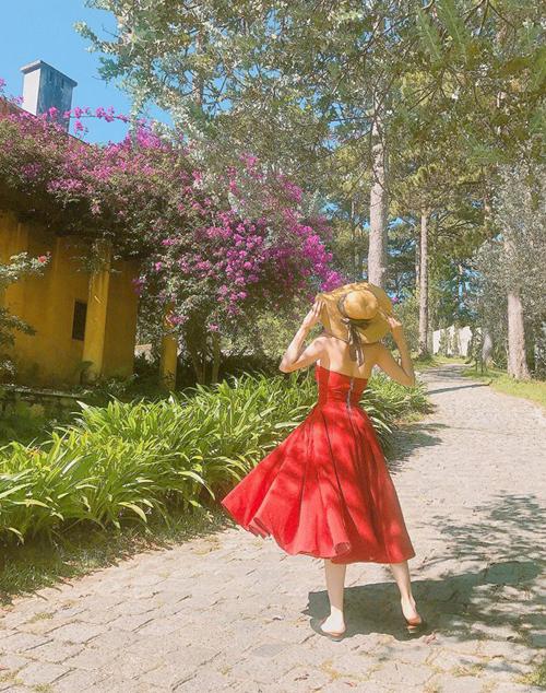 Minh Hằng xinh như cô công chúa lọt vào thế giới cổ tích khi diện váy đỏ bồng bềnh dạo chơi Đà Lạt.