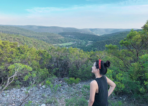 Kiều Trinh đánh dấu tuổi mới bằng một chuyến leo núi ở Mỹ.