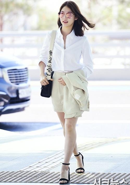 Gong Seung Yeon tạo hình tượng thanh lịch như khi đến công sở. Mốt kính màu tiếp tục được ưa chuộng khi vào hè.