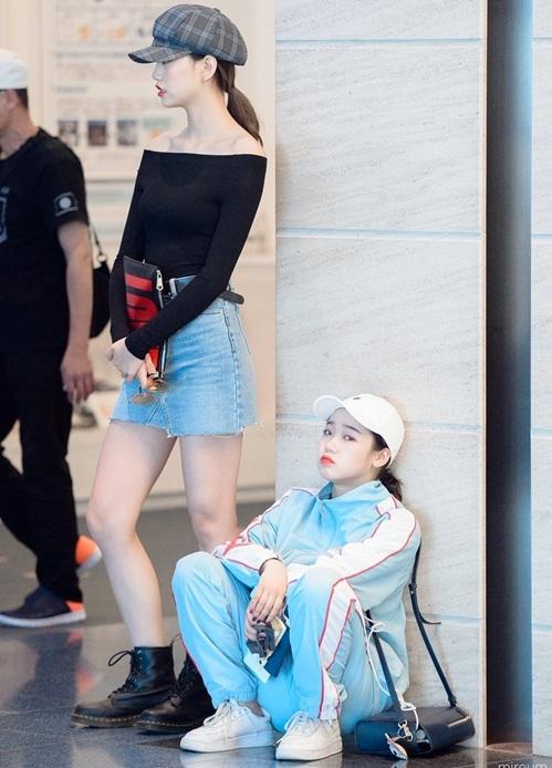 Yoo Jung có style trái ngược với cô bạn thân. Bộ đồ thể thao được nhiều idol lựa chọn vì cool ngầu và thoải mái.