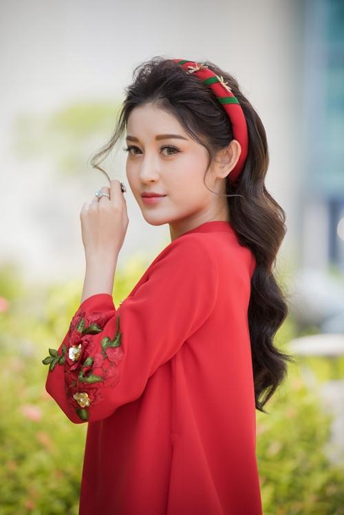 Người đẹp xuất hiện với tà áo dài cách tân tông màu đỏ khoe nét nhẹ nhàng, duyên dáng.