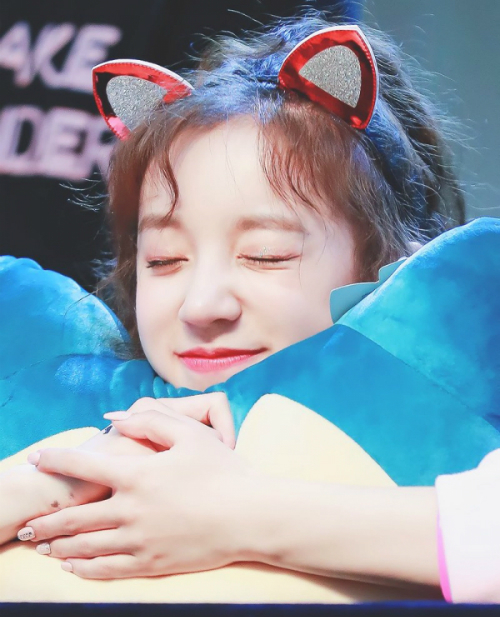 Nhóm nữ mới của nhà Cube nhận nhiều lời khen ngợi nhờ nhan sắc, Yu Qi có hình tượng đáng yêu như một em bé và vốn tiếng Hàn chuẩn.