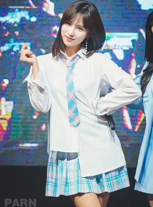Mina được khen ngợi là idol sở hữu khí chất Nhật Bản nhất. Cô nàng đốn tim fan mỗi khi mặc đồng phục nữ sinh.