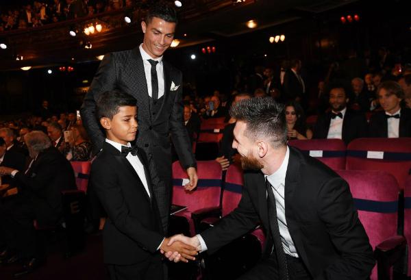 Bức ảnh Junior chững chạc bắt tay Lionel Messi được fan share rần rần.