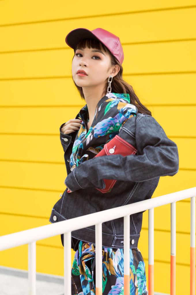 <p> Gần đây, Phí Phương Anh không xuất hiện quá nhiều, tuy nhiên mỗi lần đều để lại ấn tượng tốt về diện mạo. Những trang phục cô lựa chọn ở Vietnam International Fashion Week 2018 hay Seoul Fashion Week 2017 chứng minh gu thẩm mỹ tinh tế của người đẹp.</p>