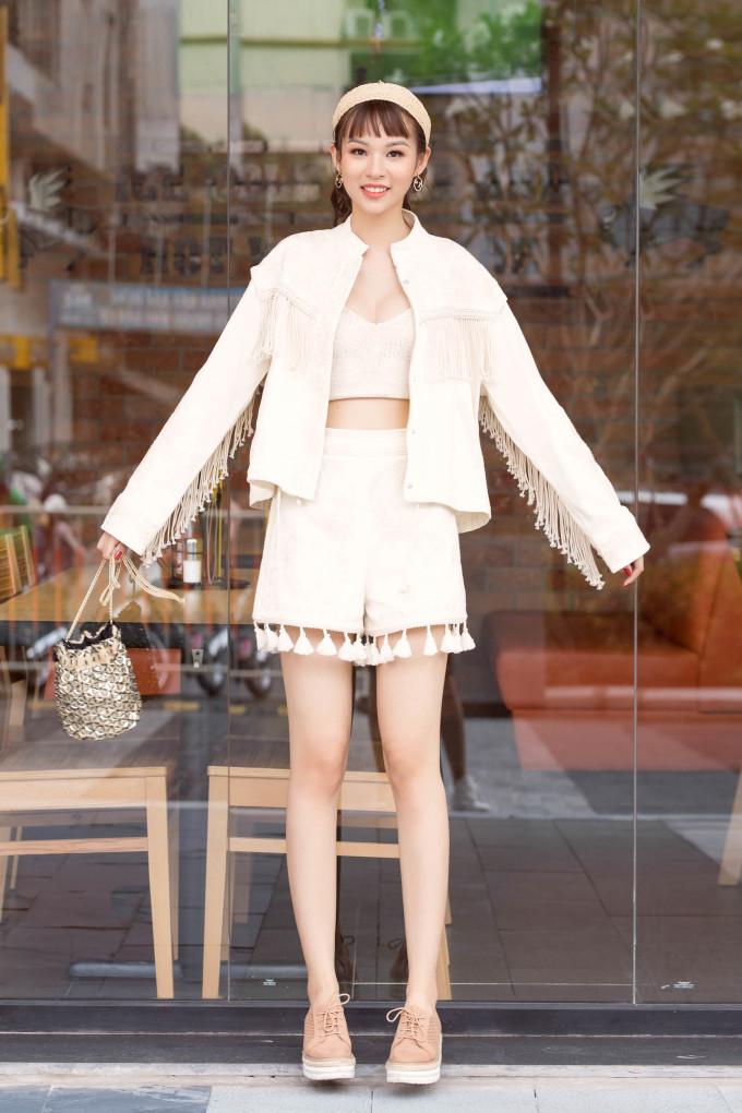 <p> Cô nàng mang đến những cách phối đồ thích hợp với mùa hè như áo croptop khoe eo, đồ lanh mỏng nhẹ và bay bổng, áo váy họa tiết hoa hay màu sắc sặc sỡ…</p>