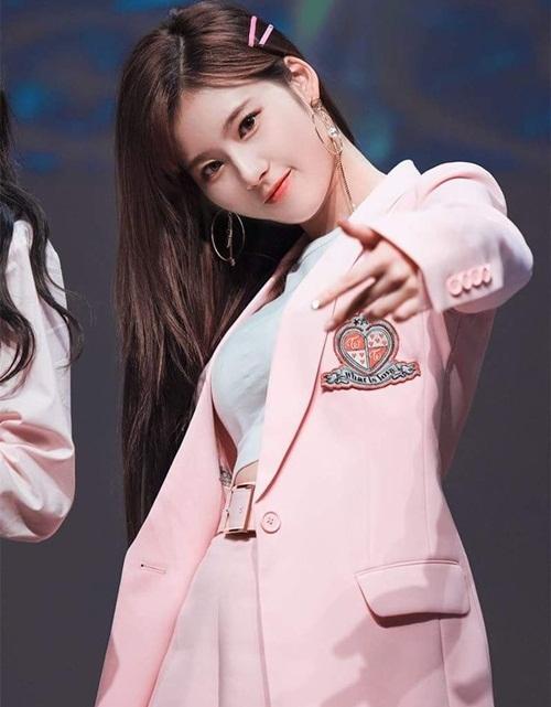 Cây hút fan Sana đứng đầu danh sách nữ thần tượng được fanboy yêu thích vì nét đẹp vừa đáng yêu, vừa sexy.