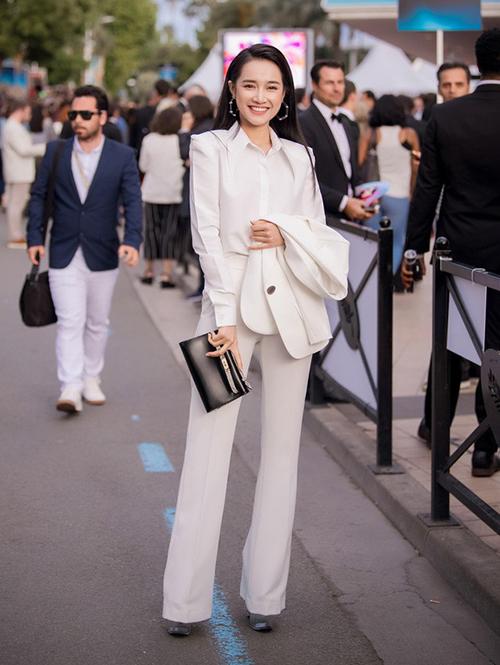 Góp mặt tại sự kiện LHP Cannes với vai trò nhà sản xuất kiêm diễn viên chính của một bộ phim ngắn, Nhã Phương khoe thần thái rạng rỡ với cây đồ thanh lịch. Bộ suit trắng của cô nàng là sản phẩm của NTK Lê Ngọc Lâm.