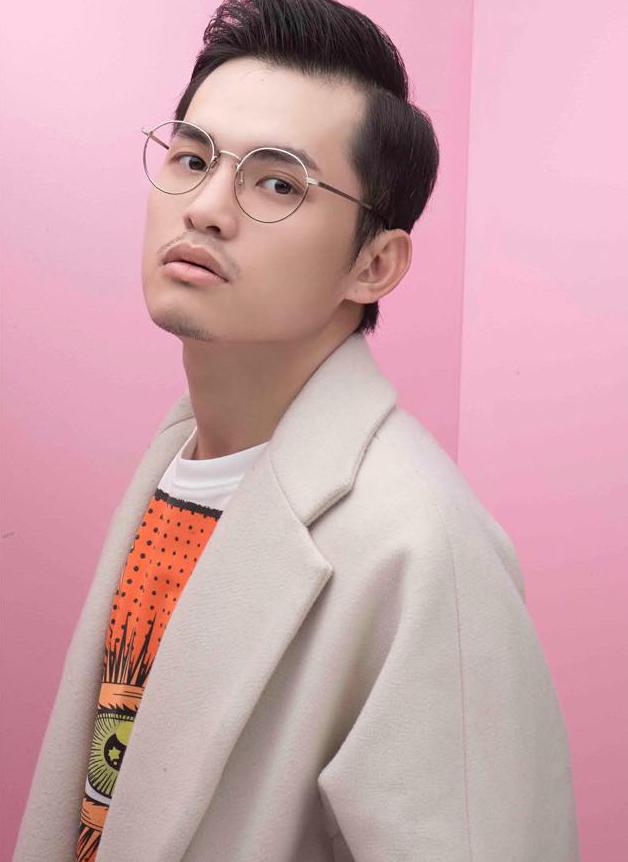 <p> Mì Gói (tên thật Trần Tiến Đạt) là gương mặt quen thuộc trong giới stylist Việt Nam. Chàng trai sinh năm 1991 vừa bất ngờ qua đời ở tuổi 27 vì bệnh viêm phổi, gây bàng hoàng cho nhiều bạn bè và đồng nghiệp. Trước khi ra đi, Mì Gói được đánh giá cao vì tài năng, tư duy mới mẻ trong thời trang. Anh từng hợp tác với rất nhiều hoa hậu, người đẹp của Vbiz và để lại nhiều tác phẩm ấn tượng.</p>