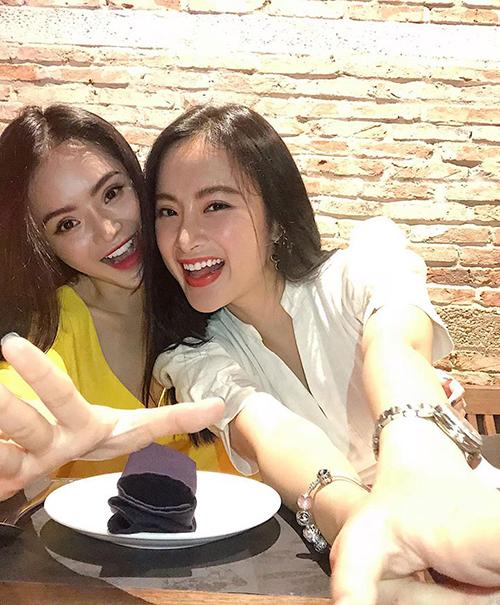 Hai chị em Angela Phương Trinh selfie nhí nhảnh khi đi ăn cùng nhau.