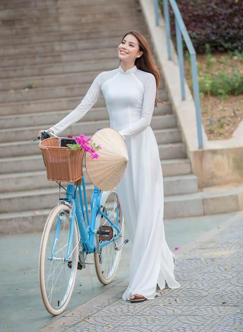 Phạm Hương diện áo dài trắng giản đơn mà vẫn đầy nổi bật.