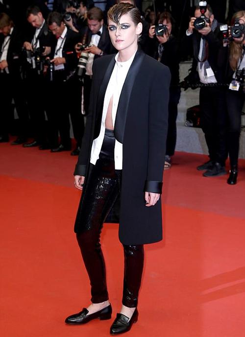 Xuất hiện trên thảm đỏ Cannes ngày thứ 10, Kristen Stewart tiếp tục gây xôn xao với cách ăn mặc không giống ai. Cô nàng không chỉ phá quy tắc bắt buộc nữ giới mặc đầm dạ hội của LHP mà còn vô tư đi giày bệt - một điều được xem là cấm kỵ của sự kiện danh giá này.